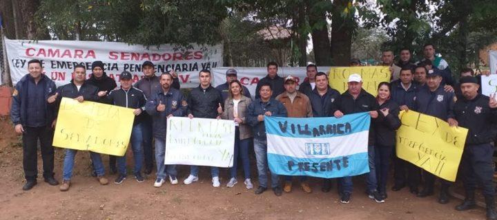 Funcionarios penitenciarios de Villarrica se pliegan a manifestación pacífica