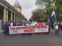 Indígenas y docentes bloquean el tránsito en el microcentro capitalino