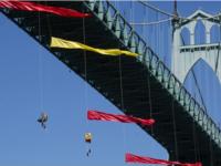 Arrestan a activistas de Greenpeace que se cuelgan de un puente