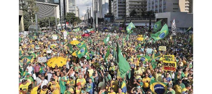 Bolsonaro aparece en acto de apoyo y minimiza el Covid-19