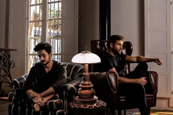 Camilo y Pablo Alborán dan voz al duelo de las despedidas con «El mismo aire»