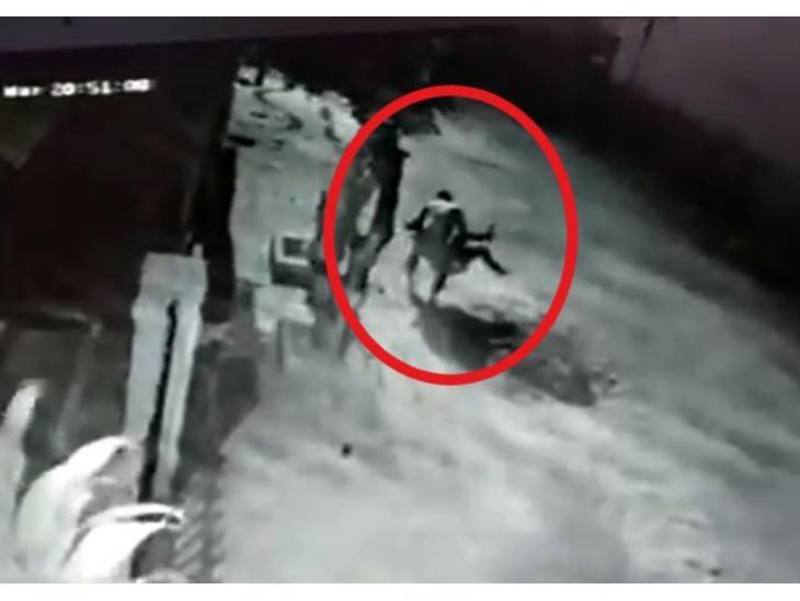 Ordenan captura de policía que arrastró a su pareja del cabello