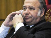 Friedmann acorralado por denuncias de corrupción, pero sostenido por el poder