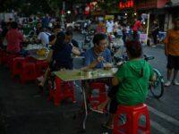 En Wuhan, epicentro de la pandemia, habitantes abandonan la mascarilla