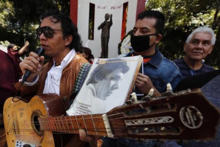Seguidores recuerdan cantando a José José tras un año de su muerte