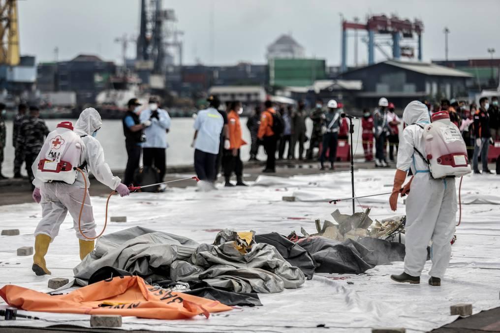 Hallan partes de cuerpos después de que un avión se estrellara en Indonesia