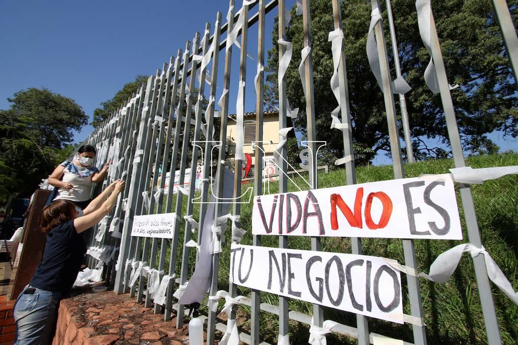 Colocan paños de cruz en memoria de 4.522 víctimas del COVID-19 en el país